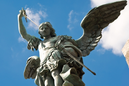 イタリア、ローマ、カステル サン アンジェロの上部に聖ミカエル像 報道画像
