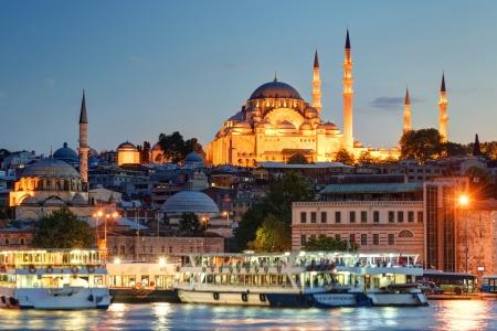 Het historische centrum van Istanbul in de avond Uitzicht vanaf de Gouden Hoorn