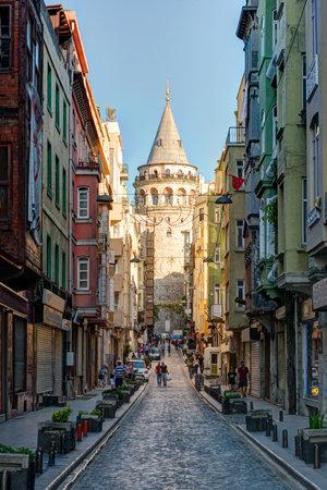 Bekijk van oude smalle straat met de Galata-toren op 26 mei 2013 in Istanboel, Turkije De Galata Tower is het grootste monument van de Middeleeuwen