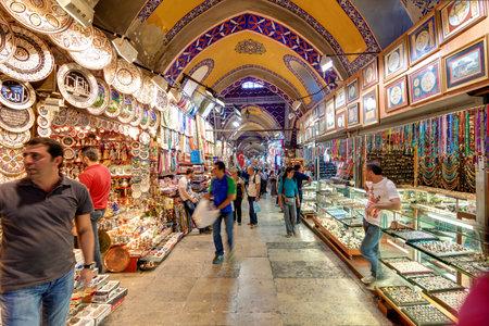 De Grand Bazaar op 27 mei 2013 in Istanboel, Turkije De Grand Bazaar is de oudste en de grootste overdekte markt ter wereld, met 61 overdekte straten en meer dan 3.000 winkels