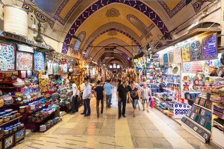 Toeristen een bezoek aan de Grand Bazaar op 27 mei 2013 in Istanbul, Turkije De Grand Bazaar is de oudste en de grootste overdekte markt ter wereld, met 61 overdekte straten en meer dan 3.000 winkels