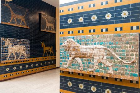 babylonian: Fragmentos de la Puerta de Ishtar de Babilonia en el Museo de Arqueolog�a el 25 de mayo de 2013 en Estambul, Turqu�a La Puerta de Ishtar en Babilonia fueron construidos en el siglo sexto antes de Cristo