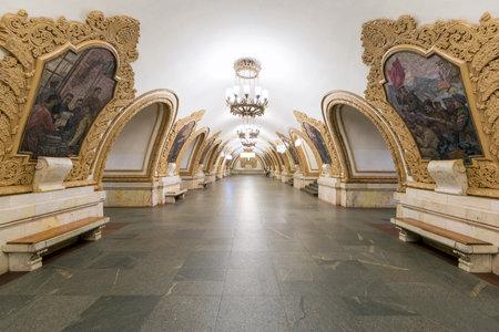 La station de métro Kievskaya dans la nuit du 4 mai 2013, à Moscou, en Russie station de métro Kievskaya est un beau monument de l'ère soviétique Éditoriale