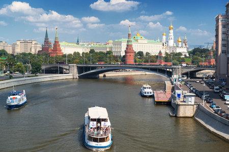 Bekijk Kremlin van Moskou en de rivier de Moskva, Rusland