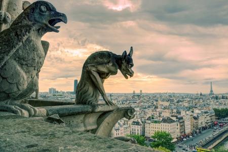 Chimeras waterspuwer van de kathedraal van Notre Dame de Paris met uitzicht op Parijs, Frankrijk
