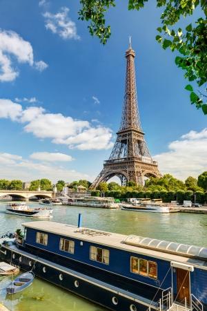 Residentiële schuit en toeristische schepen op de Seine in de buurt van de Eiffeltoren, Parijs