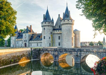 El castillo de Sully-sur-Loire, Francia Este castillo está situado en el valle del Loira, data del siglo 14 y es un excelente ejemplo de fortaleza medieval Foto de archivo - 26060707