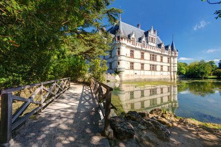 french renaissance: El castillo de Azay-le-Rideau, Francia Este castillo est� situado en el valle del Loira, fue construido desde 1515 hasta 1527, uno de los palacios del renacimiento temprano Franc�s
