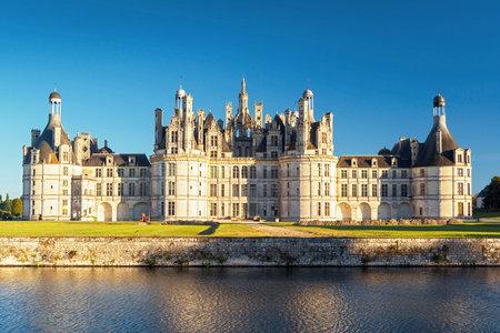 Le château royal de Chambord, France Ce château est situé dans la vallée de la Loire, a été construit au 16ème siècle et est l'un des châteaux les plus reconnaissables dans le monde Banque d'images - 26219246