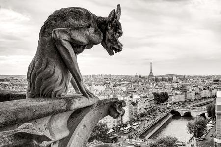 Chimera waterspuwer van de kathedraal van Notre Dame de Paris met uitzicht op de Eiffeltoren in Parijs, Frankrijk