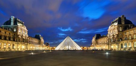 Musée du Louvre la nuit sur le 25 septembre 2013 à Paris Le Louvre est l'un des plus grands musées du monde et l'une des principales attractions touristiques de Paris Banque d'images - 26334202