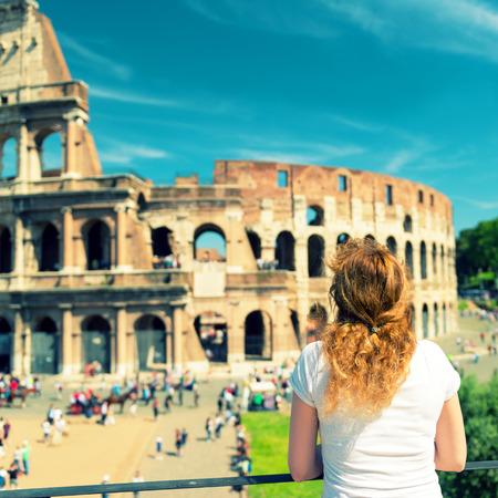 Jonge vrouwelijke toerist kijkt naar het Colosseum in Rome, Italië Vintage foto Stockfoto