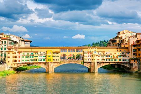 Ponte Vecchio over Arno river in Florence, Italy 免版税图像