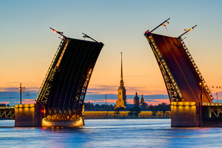 palacio ruso: Opini�n de la postal del puente del palacio con Pedro y Pablo Fortaleza - s�mbolo de St Petersburg Noches Blancas, Rusia