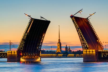 Vue carte postale de Palace Bridge avec Forteresse Pierre et Paul - symbole de Saint-Pétersbourg, Russie Nuits Blanches