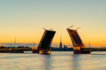 Mening van Paleis Bridge met Peter en Paul Kathedraal - symbool van Sint-Petersburg White Nights, Rusland Stockfoto