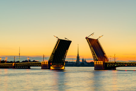 Vue carte postale de Palace Bridge avec la cathédrale Pierre et Paul - symbole de Saint-Pétersbourg, Russie Nuits Blanches