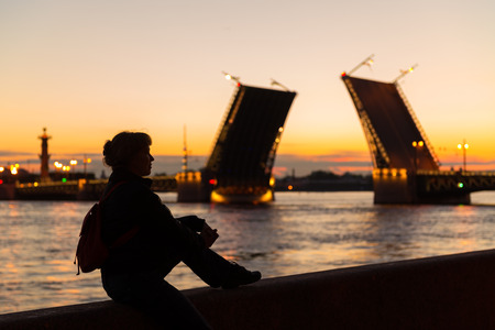 Young female tourist on the of Palace Bridge  White night in St  Petersburg, Russia  免版税图像