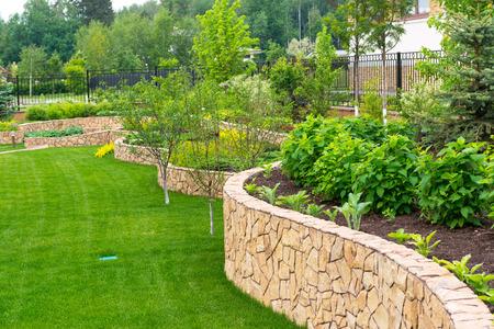 Natural aménagement paysager de pierre dans la maison jardin