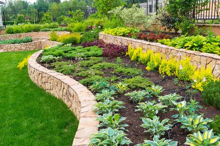 jardines flores: Jardines de piedra natural en el jard�n de su casa