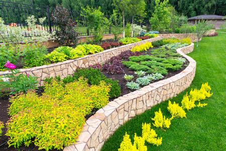 집 정원에서 자연 꽃 조경