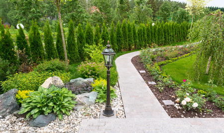 Natural stone landscaping in home garden Banque d'images