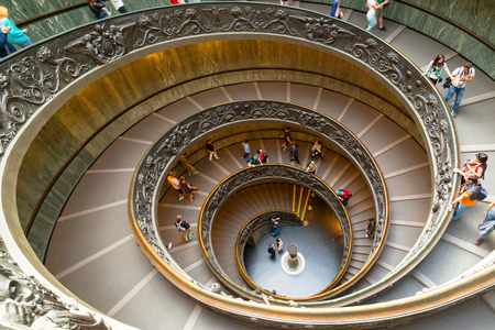 Tourists walk down the famous spiral staircase in Vatican Museum. 新闻类图片