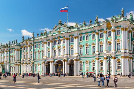 palacio ruso: ST PETERSBURGO, Rusia - 14 de junio 2014: El Palacio de Invierno, la Plaza del Palacio, fue, desde 1732 hasta 1917, la residencia oficial de los monarcas rusos.