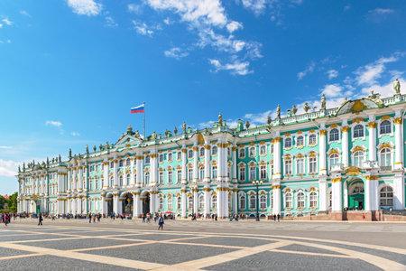 ST PETERSBURG, RUSSIE - 14 juin 2014: Le Palais d'Hiver, Place du Palais, Saint-Pétersbourg, en Russie.