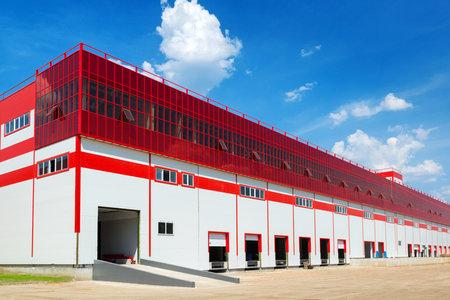 edificio industrial: Almacén moderno sobre un fondo de cielo azul