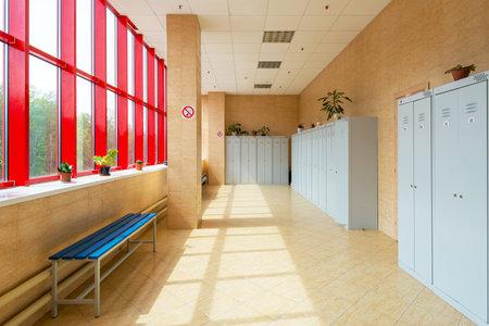 Confortable dressing salle de gym avec beaucoup de casiers
