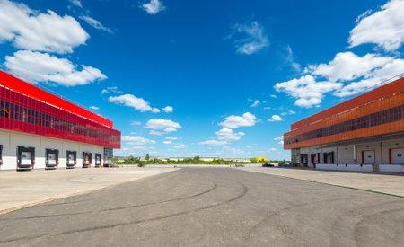 Modern warehouses on a background of blue sky 免版税图像 - 33361080