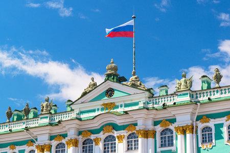 palacio ruso: Bandera rusa sobre el Palacio de Invierno en San Petersburgo. La residencia oficial de los monarcas rusos 1732-1917. Editorial