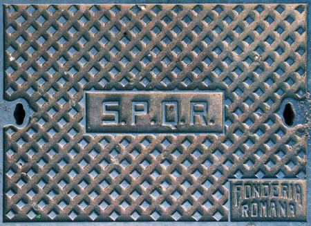 spqr: SPQR, tapa de registro t�pico en Roma, Italia