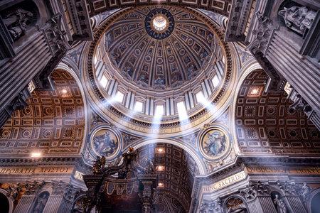 Rome, Italië - 12 mei 2014: In de St. Peter's Basilica. St. Peter's Basilica is een van de belangrijkste toeristische attracties van Rome.