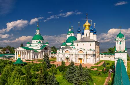 Cathédrale Dimitrievsky et la cathédrale Zachatievsky du Monastère Saint-Iakov à Rostov, en Russie. L'ancienne ville de Rostov le Grand est un centre touristique de l'Anneau d'Or de la Russie. Banque d'images