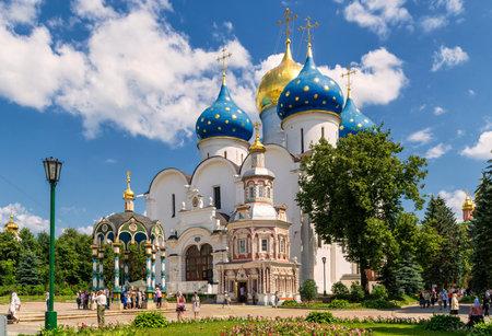 Sergiev Posad, Rusland - 28 juni 2011: Maria Hemelvaart-kathedraal in Trinity Sergius Lavra in de buurt van Moskou. De Trinity Lavra is een van de grootste van de Russische kloosters.