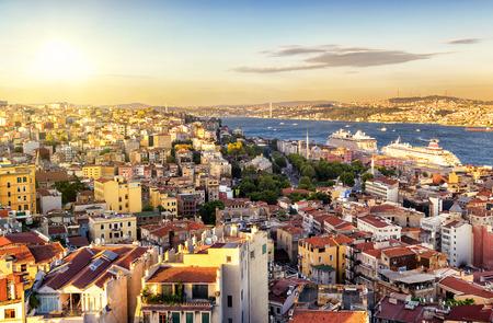Istanbul bij zonsondergang, Turkije. Bosporus verdeelt de stad in de Aziatische en Europese onderdelen. Uitzicht vanaf de Europese kant. Stockfoto