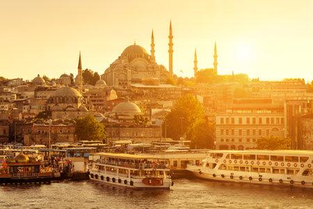Het historische centrum van Istanbul bij zonsondergang. Gouden Hoorn, Turkije.