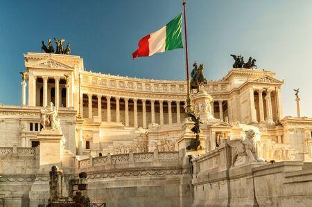 bandera italia: El edificio Victoriano en la Piazza Venezia al atardecer en Roma, Italia
