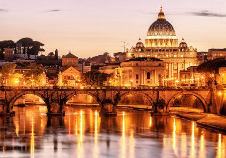 roma antigua: Vista nocturna de Sant'Angelo y San Pedro (la catedral de San Pedro) en Roma, Italia