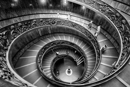 VATICAN - 14 MAI 2014: escalier en colimaçon avec de beaux rails dans le musée du Vatican.