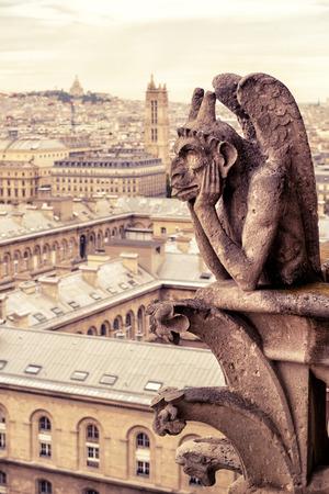 gargouille: Chimera (gargouille) de la cathédrale de Notre Dame de Paris avec vue sur Paris, France