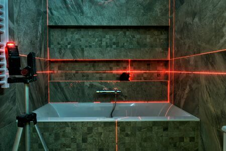 Laser measurement during bathroom renovation. Construction tools and equipment. Banque d'images
