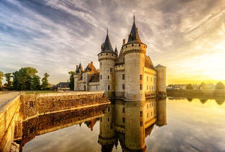 Het kasteel van Sully-sur-Loire bij zonsondergang, Frankrijk. Dit kasteel is gelegen in de Loire-vallei, dateert uit de 14e eeuw en is een uitstekend voorbeeld van middeleeuwse vesting. Redactioneel