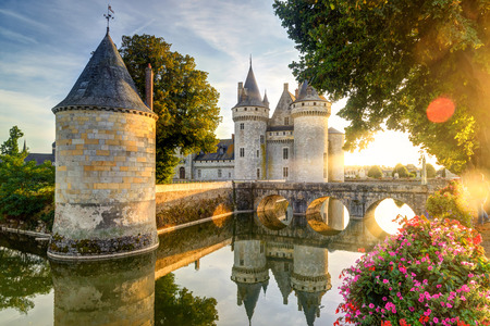 Zamek w Sully-sur-Loire w słońcu z obiektywu pochodni, we Francji. Zamek ten znajduje się w dolinie Loary, pochodzi z 14 wieku i jest doskonałym przykładem średniowiecznej twierdzy.