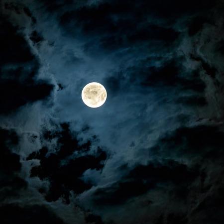 cielo de la noche misteriosa con la Luna Llena Foto de archivo