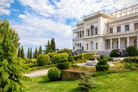 palacio ruso: Livadia Palace, cerca de la ciudad de Yalta, Crimea, Rusia. Livadia Palace fue residencia de verano del último zar de Rusia, Nicolás II. La Conferencia de Yalta se celebró allí en 1945.