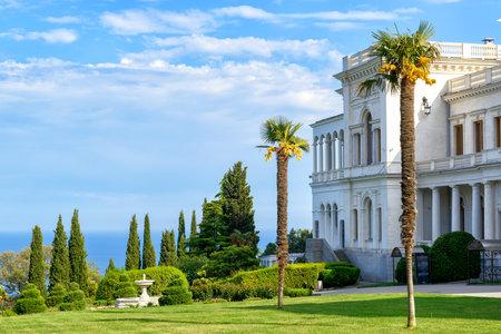 palacio ruso: LIVADIA, Rusia - 17 de mayo, 2016: Livadia Palace, cerca de la ciudad de Yalta. Livadia Palace fue residencia de verano del último zar de Rusia, Nicolás II. La Conferencia de Yalta se celebró allí en 1945.