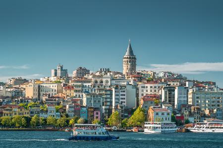 Weergave van de wijk Galata met Galata toren over de Gouden Hoorn in Istanbul, Turkije